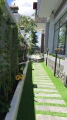 lối đi bên hông tự nhiên nhờ đá và cỏ xanh