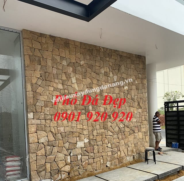 Mảng tường đá ST Vàng bóc rối làm điểm nhấn cho cả ngôi nhà