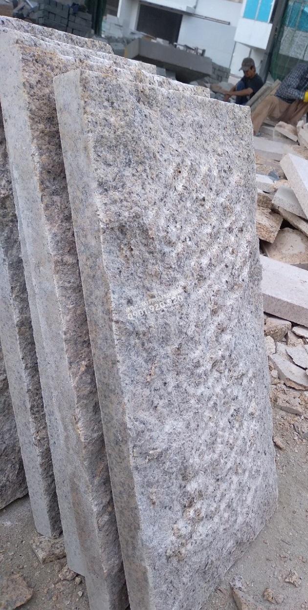 Đá granite bóc thô mài xước mặt có độ dày cạnh 3cm và độ bóc lồi từ 2.5-3.5cm
