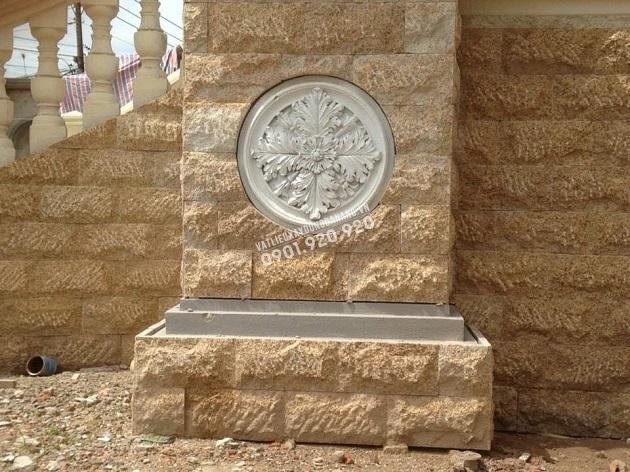 Đá granite vàng bóc thô lồi được dùng trong ốp tường hông nhà