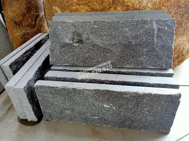 Đá granite đen ánh kim bóc thô lồi có màu đen ánh kim, bề mặt được bóc thô lồi