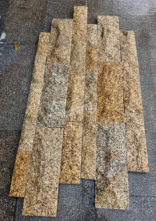 Đá granite vàng bóc thô đa quy cách với sự kết hợp của các viên đá có quy cách nhỏ lại với nhau