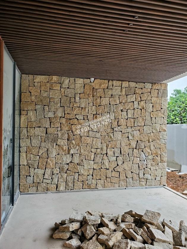 Với cách đục thô các mặt tương đối phẳng để dễ dàng cho khâu thi công tạo ra mảng tường đá rối đẹp