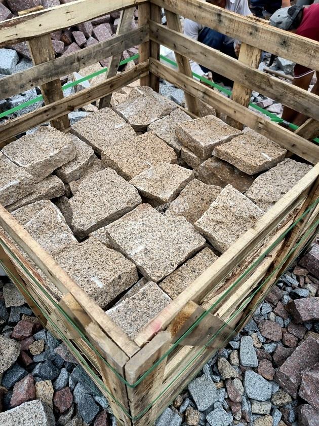 Đá granite vàng đục thô quy cách rối được đục thô tất cả các bề mặt