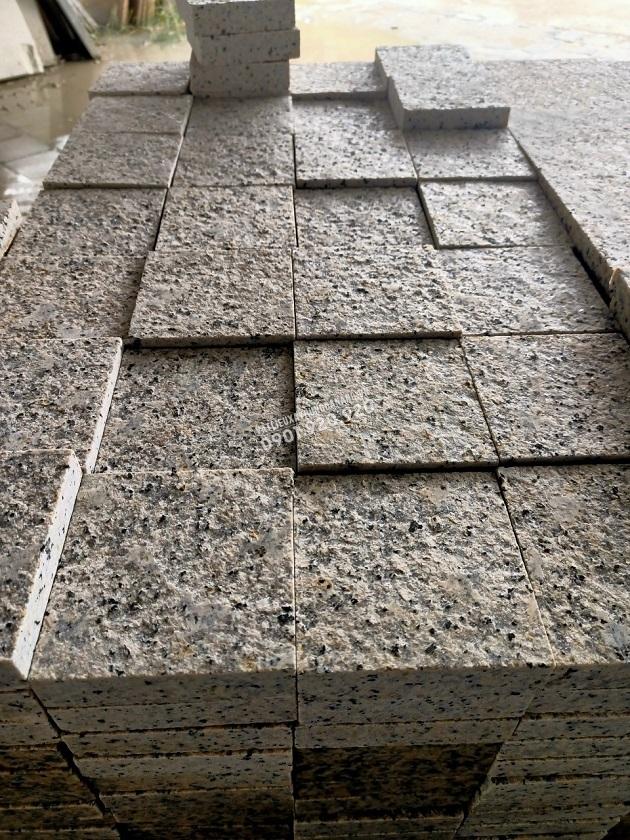 Đá granite vàng nhạt khò lửa 15x15x2cm