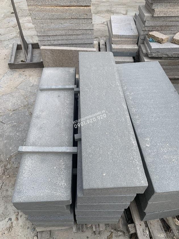 Đá khối sa thạch khò được dùng trong lát bậc thềm nhà, lối đi lên xuống nhà