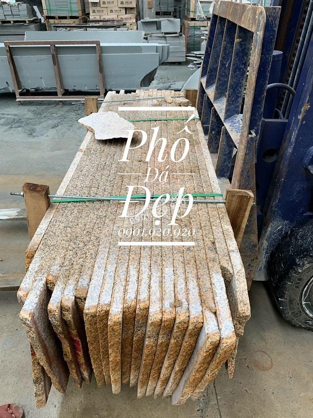 Đá tấm slap granite vàng băm được bó lại và xếp vào các pallet để tiện cho khâu vận chuyển