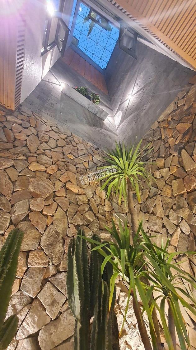 Đá rối vàng đa sắc và đá ong là sự kết hợp 2 tông màu chính của ngôi nhà vào khu vực giếng trời