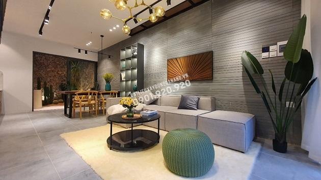 Tường phòng khách nối dài ra bếp cũng sử dụng 1 dòng đá là đá sa thạch trơn dạng thanh khổ dài