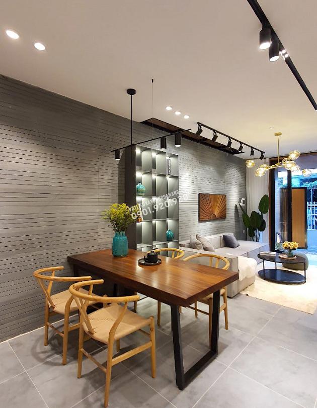 Tường đá và nền nhà sử dụng tông màu xám ghi vừa không lỗi thời vừa làm nổi bật các nội thất bên trong ngôi nhà